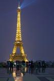 Eiffelturm in Paris mit Touristen an der Dämmerung Lizenzfreies Stockbild