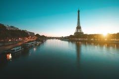 Eiffelturm in Paris während des Sonnenaufgangs Lizenzfreie Stockbilder