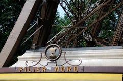 Eiffelturm - Pilier Nord Stockfotos