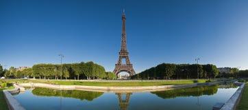 Eiffelturm reflektiert, Paris Stockbilder