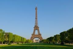 Eiffelturm am Sonnenaufgang Lizenzfreie Stockfotos