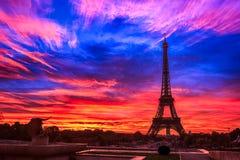 Eiffelturm am Sonnenaufgang lizenzfreie stockbilder