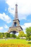 Eiffelturm und blauer Himmel Stockfotos