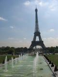 Eiffelturm und Brunnen Stockfoto
