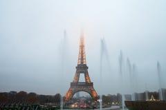 Eiffelturm und Brunnen im Abendnebel Stockbilder