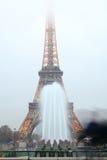 Eiffelturm und Brunnen im Abendnebel Lizenzfreie Stockfotos