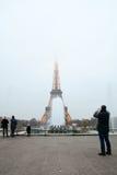 Eiffelturm und Brunnen im Abendnebel Stockfotografie