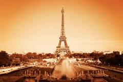 Eiffelturm und Brunnen, Paris, Frankreich weinlese lizenzfreie stockbilder
