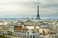 Eiffelturm und Dächer Stockfotografie