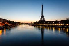 Eiffelturm-und d'Iena Brücke an der Dämmerung, Paris Stockfotografie