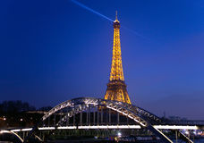 Eiffelturm und die Brücke Passerelle Debilly Stockbild