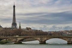 Eiffelturm und die Seine in Paris Stockfotos