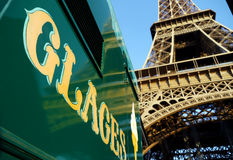 Eiffelturm und Eiscremezeichen stockfotos