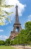 Eiffelturm und Feld von Mars im Frühjahr, Paris, Frankreich lizenzfreie stockfotografie