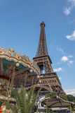 Eiffelturm und fröhliche gehen Runde Stockbild