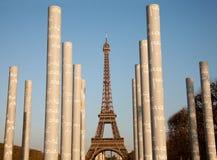 Eiffelturm-und Friedensmonumentsäulen Stockfotos