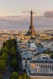 Eiffelturm- und Paris-Dachspitzen vor Sonnenuntergang, Frankreich Stockbilder