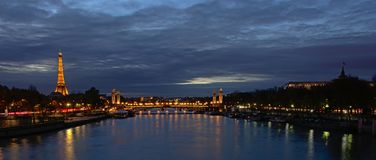 Eiffelturm- und Pont-Alexandre III Brücke in Paris nachts an lizenzfreies stockfoto