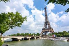 Eiffelturm- und Pont-d 'Iéna Brücke, Paris, Frankreich lizenzfreie stockfotografie