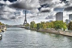 Eiffelturm- und Seine-Fluss Lizenzfreie Stockfotos