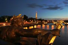 Eiffelturm und Skulptur auf der Brücke in Paris. Stockbilder