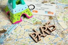 Eiffelturm- und Untergrundbahnkarte Stockbild