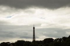 Eiffelturm unter grauen Himmeln Stockfotos