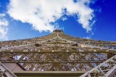 Eiffelturm unter Wolken und blauem Himmel lizenzfreie stockfotos