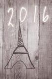 Eiffelturm vereinbart von den hölzernen Stöcken Datum 2016 geschrieben auf grauen Hintergrund Lizenzfreies Stockfoto