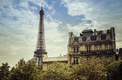 Eiffelturm vom niedrigen Winkel Lizenzfreie Stockbilder