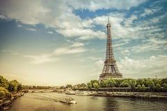 Eiffelturm vom niedrigen Winkel mit der Seine Lizenzfreie Stockfotografie