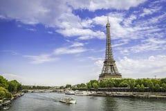 Eiffelturm vom niedrigen Winkel mit der Seine Stockfoto