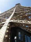 Eiffelturm von der Unterseite oben Lizenzfreie Stockfotos