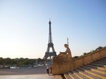 Eiffelturm von Place du Trocadero und Statue lizenzfreie stockfotografie