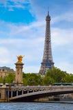 Eiffelturm von Pont Alexandre III in Paris Stockbild