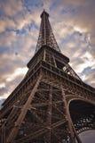 Eiffelturm von unterhalb Stockfoto