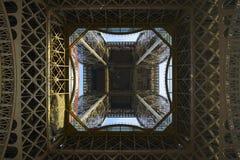 Eiffelturm von unterhalb Lizenzfreie Stockfotografie