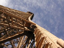 Eiffelturm, warme Leuchte, steiler Winkel Lizenzfreie Stockfotos