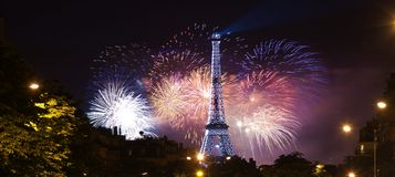 Eiffelturmhintergrund in den Feuerwerken Stockfoto