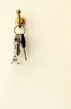 Eiffelturmschlüssel und anderer Schlüssel stockfotos