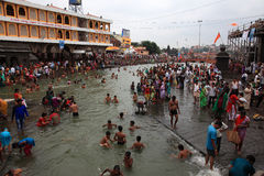 Eifrige Anhänger, die Bad in Gothavari nehmen lizenzfreie stockfotografie