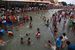 Eifrige Anhänger, die Bad in Gothavari nehmen stockfotografie