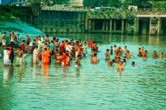 Eifrige Anhänger, die heiliges Bad auf Fluss der Ganges nehmen lizenzfreie stockfotos
