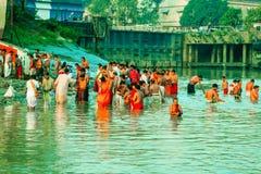 Eifrige Anhänger, die heiliges Bad auf Fluss der Ganges nehmen stockfotos