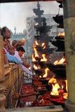 Eifrige Anhänger, die Kampfer beleuchten und Kokosnüsse an Tirumala-Tempel, Andhra Pradesh, Indien anbieten stockfotos