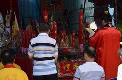 Eifrige Anhänger, die während des hungrigen Geist-Festivals beten Stockfotografie