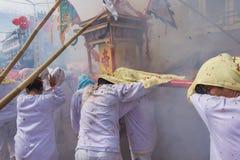 Eifrige Anhänger eines chinesischen Taoistschreins tragen ein palanquin Unterkunfta lizenzfreies stockbild
