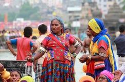 Eifrige Anhänger erfasst bei Kumbha Mela stockbild