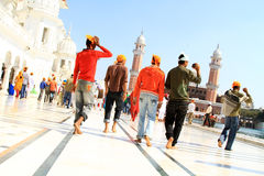 Eifrige Anhänger am goldenen Tempel Stockbild