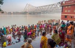 Eifrige Anhänger treten in der der Ganges-Bank bei Kolkata zusammen Lizenzfreie Stockfotografie